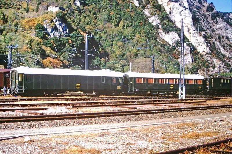 Identification deux voitures spéciales. Train-13