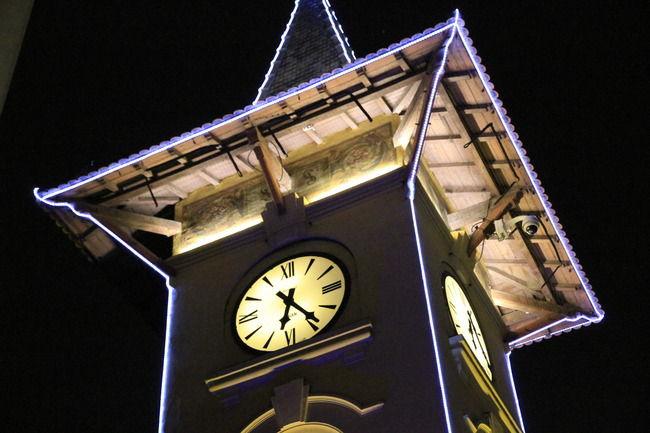 Reçu un beau diapo....Les horloges et pendules des rues..... - Page 25 Le-clo11