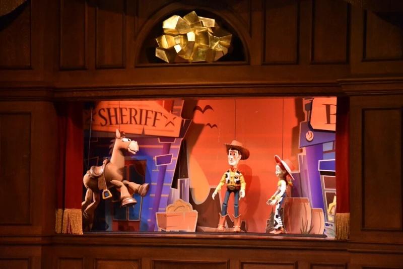 """[Nouveau spectacle] """"The Gold Rush Gang Follies"""" au restaurant Lucky Nugget Saloon (au parc Disneyland depuis le 14 mai 2016) - Page 2 Img_2016"""
