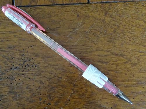 12 - Positionner correctement un crayon dans le porte-stylo 2016_017
