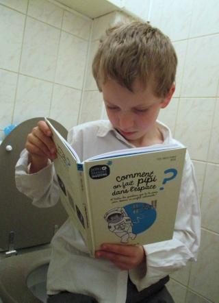 [Livre Jeunesse] Comment on fait pipi dans l'espace ? par P.F Mouriaux et Halfbob chez Fleurus Img_8112