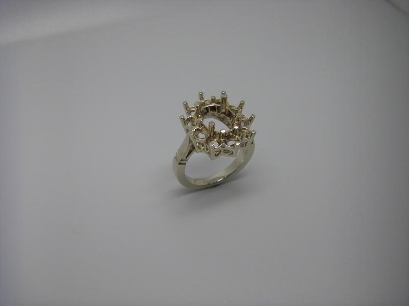 Bague entourage panier fil. Or Blanc 750/1000. Emeraude et diamant taille brillant. Bague_21