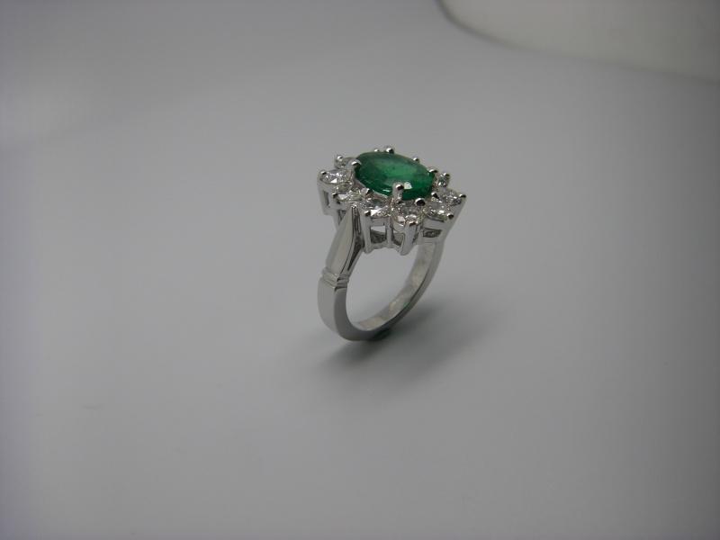Bague entourage panier fil. Or Blanc 750/1000. Emeraude et diamant taille brillant. Bague_25