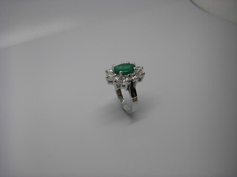 Bague entourage panier fil. Or Blanc 750/1000. Emeraude et diamant taille brillant. Bague_26