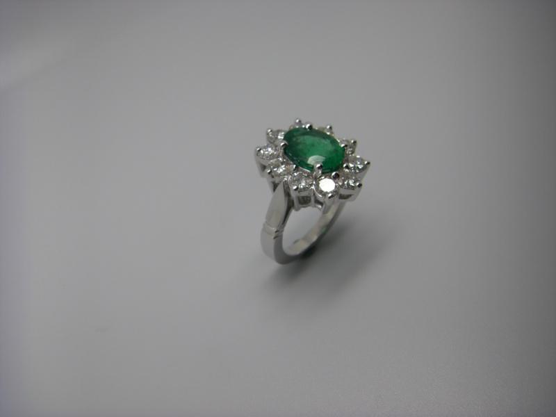 Bague entourage panier fil. Or Blanc 750/1000. Emeraude et diamant taille brillant. Bague_27