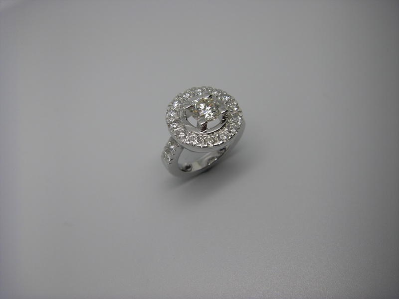 Bague entourage griffes taillées dans la masse. Or Blanc 750/1000 et diamants taille brillant. Bague_32