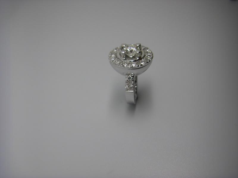 Bague entourage griffes taillées dans la masse. Or Blanc 750/1000 et diamants taille brillant. Bague_34