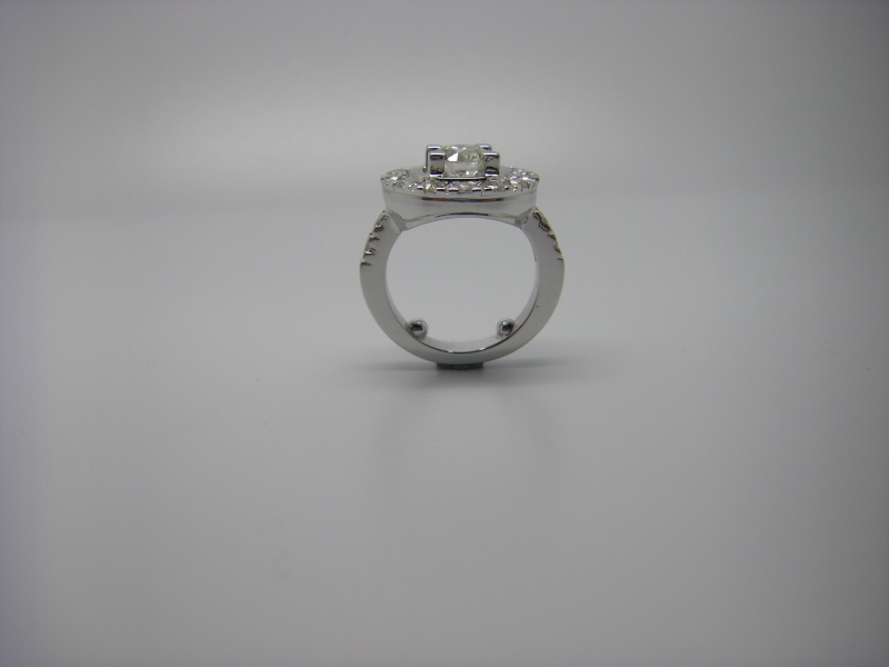 Bague entourage griffes taillées dans la masse. Or Blanc 750/1000 et diamants taille brillant. Bague_35