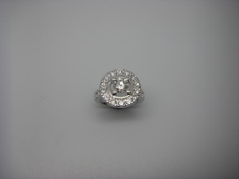 Bague entourage griffes taillées dans la masse. Or Blanc 750/1000 et diamants taille brillant. Bague_36