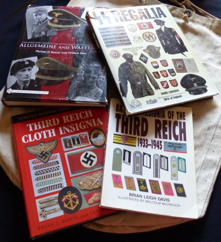Récupération d'hier, livres, insigne, coiffes et papiers. P1180010