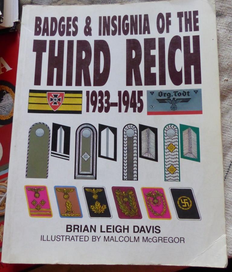 Récupération d'hier, livres, insigne, coiffes et papiers. P1180013
