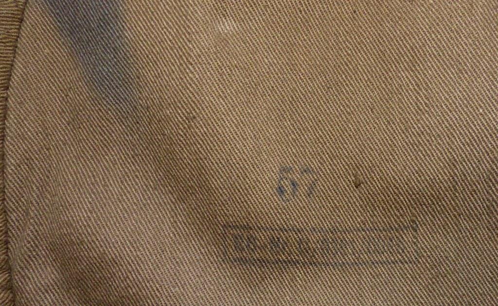 Récupération d'hier, livres, insigne, coiffes et papiers. P1180023