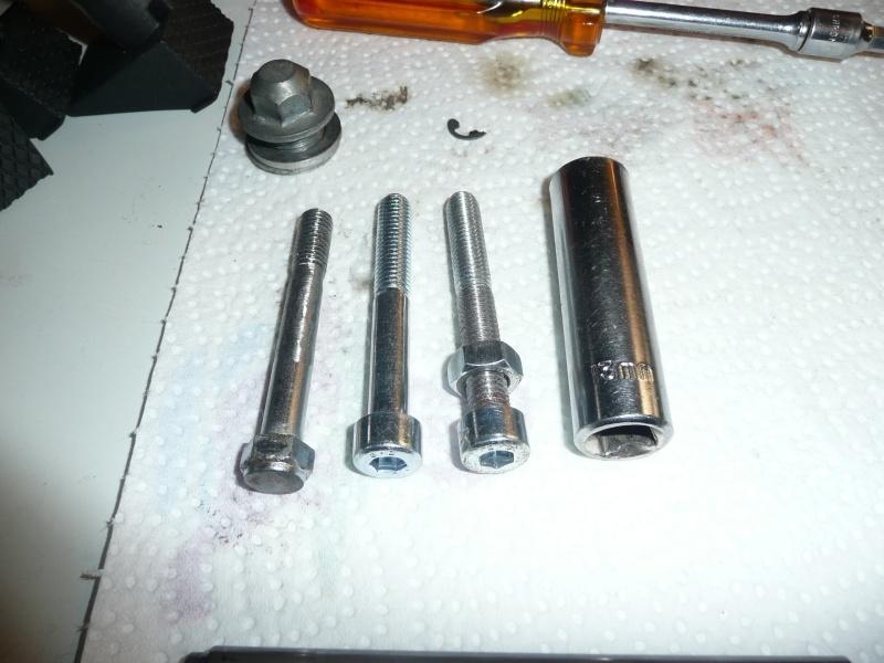 Vis du tendeur de chaine cassée  CB 125 K4 P1070610