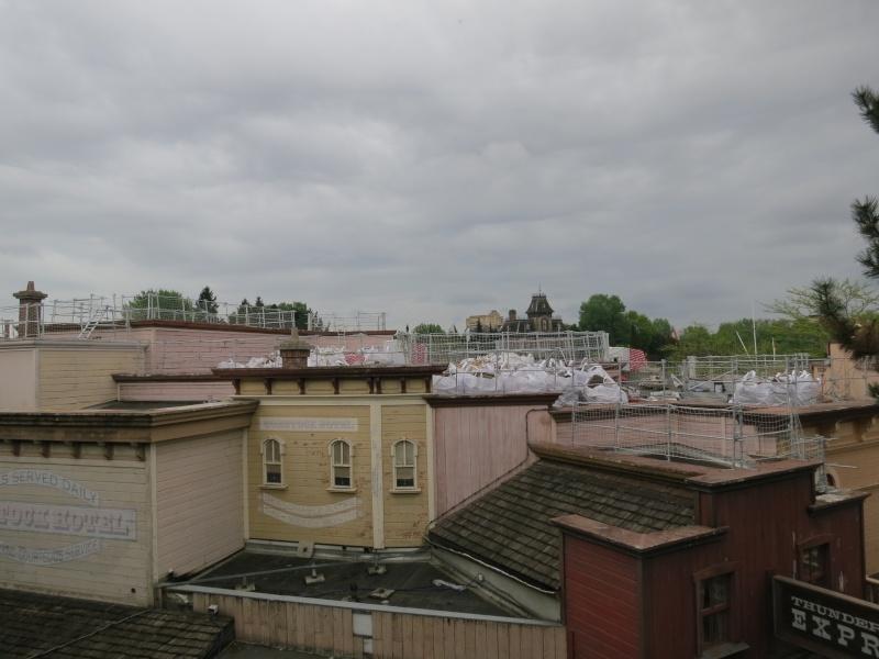 [Travaux] Des garde-corps pour les toitures des bâtiments de Frontierland ! Img_6810