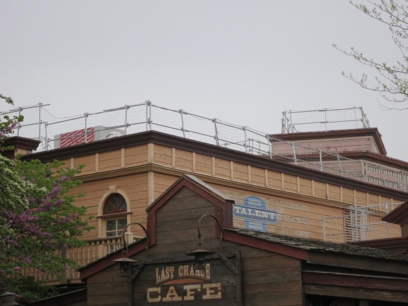 [Travaux] Des garde-corps pour les toitures des bâtiments de Frontierland ! Img_6811