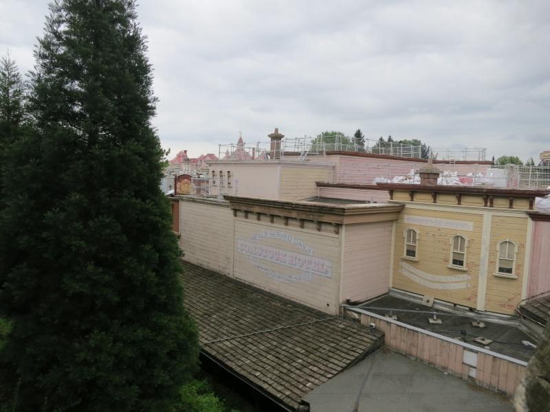 [Travaux] Des garde-corps pour les toitures des bâtiments de Frontierland ! Img_6812