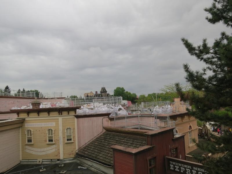 [Travaux] Des garde-corps pour les toitures des bâtiments de Frontierland ! Img_6813