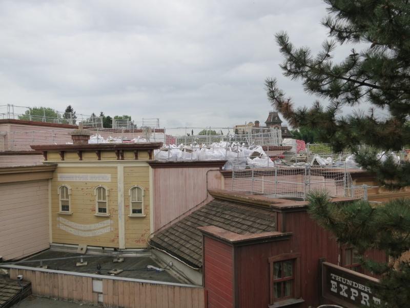 [Travaux] Des garde-corps pour les toitures des bâtiments de Frontierland ! Img_6814