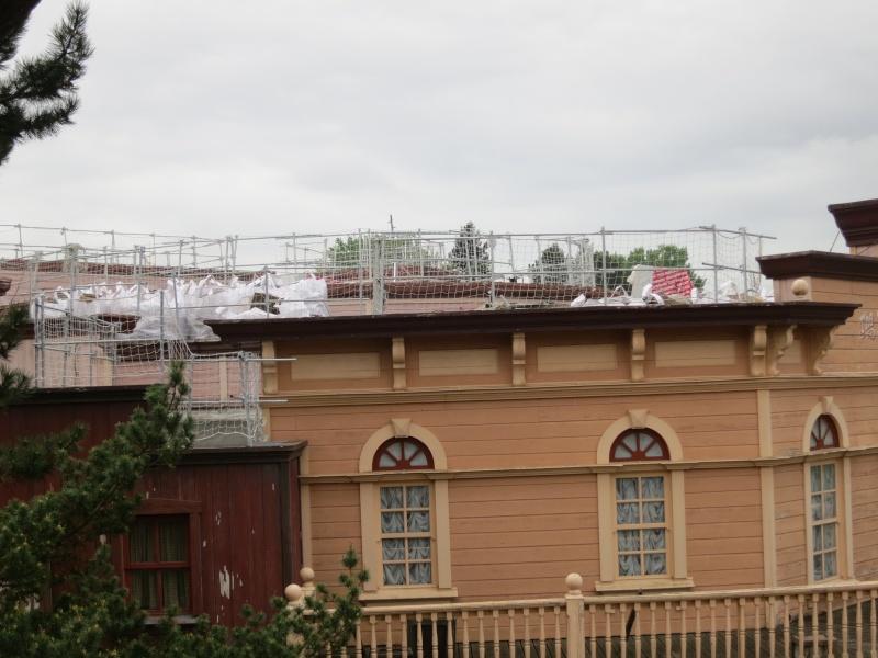 [Travaux] Des garde-corps pour les toitures des bâtiments de Frontierland ! Img_6816