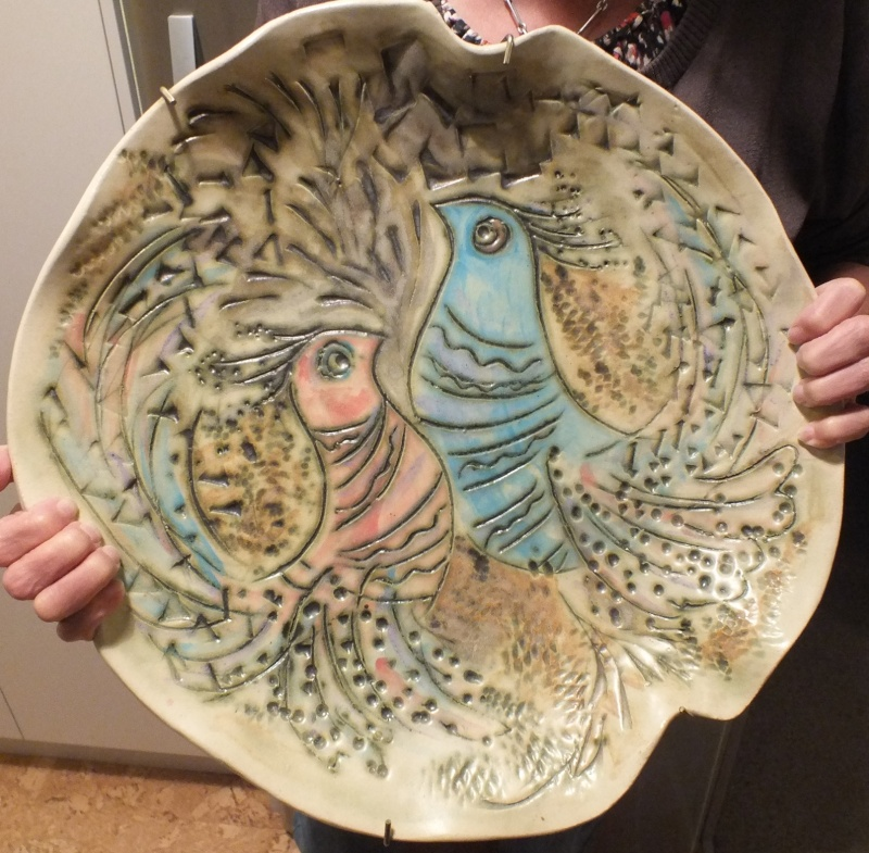 Is this big platter By Rosemarie Brittain?  No it wasn't made by Rosemarie. 9_apri10