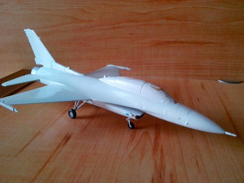 F-16D des Thunderbird (Hobby boss) - Page 2 Img_2026