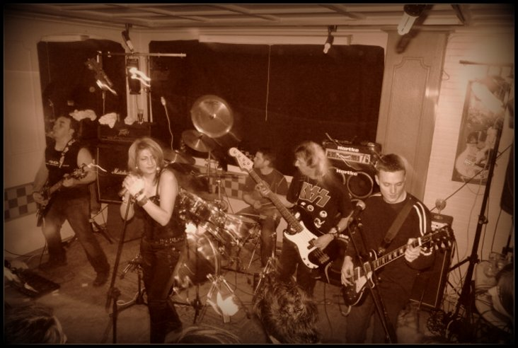 BLACK ROSES ...cover band - Page 2 1-grou10