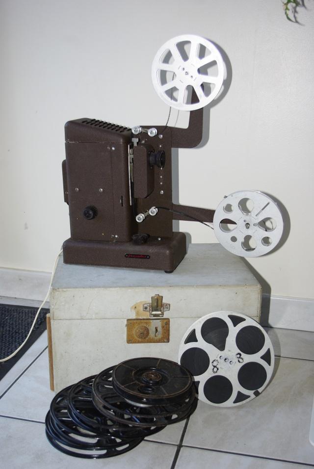 display sur les moyens d'informations de l'époque, journaux, radio, informations cinématographiques!! _igp1012