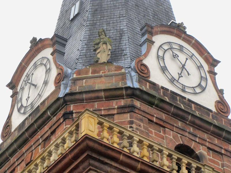 Reçu un beau diapo....Les horloges et pendules des rues..... - Page 25 Hor_be10