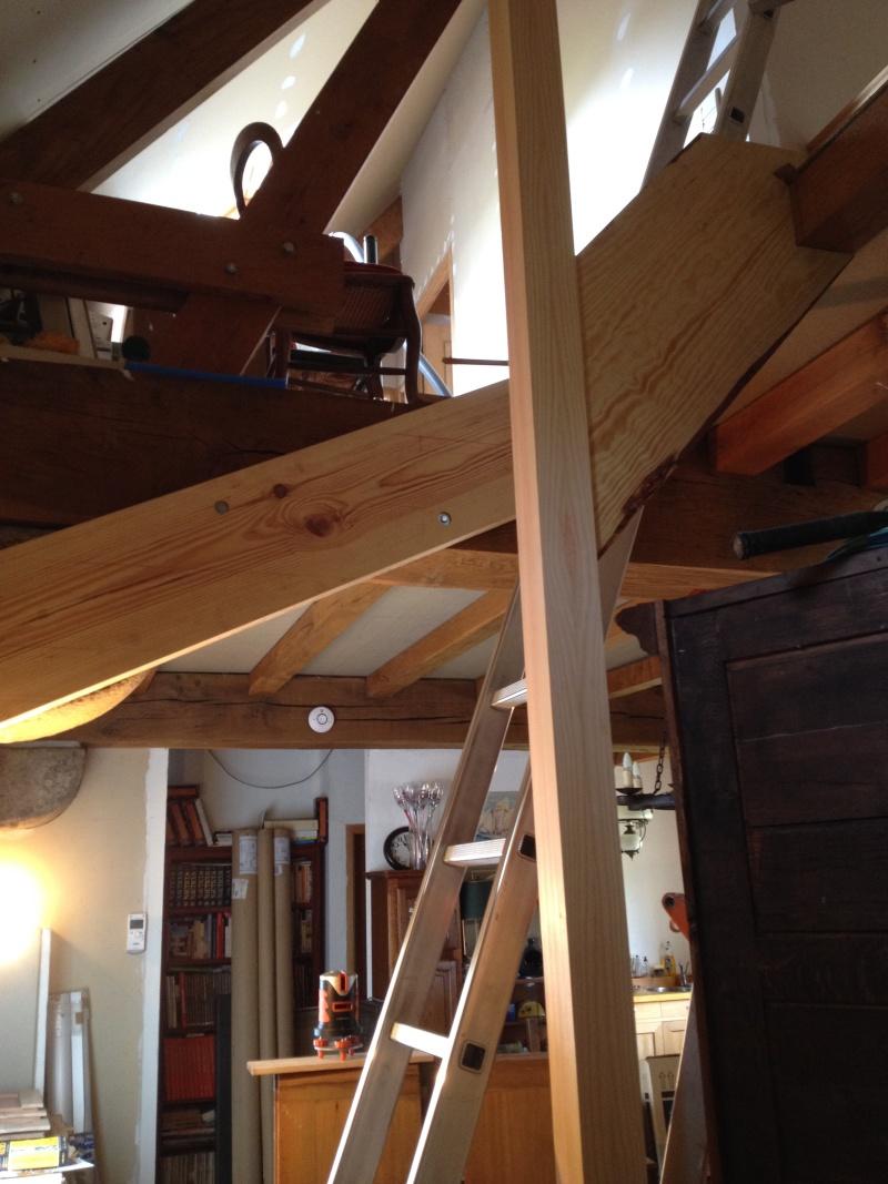 Escalier provisoire devenu définitif en pin sylvestre, à double balancements - Page 2 Img_0832