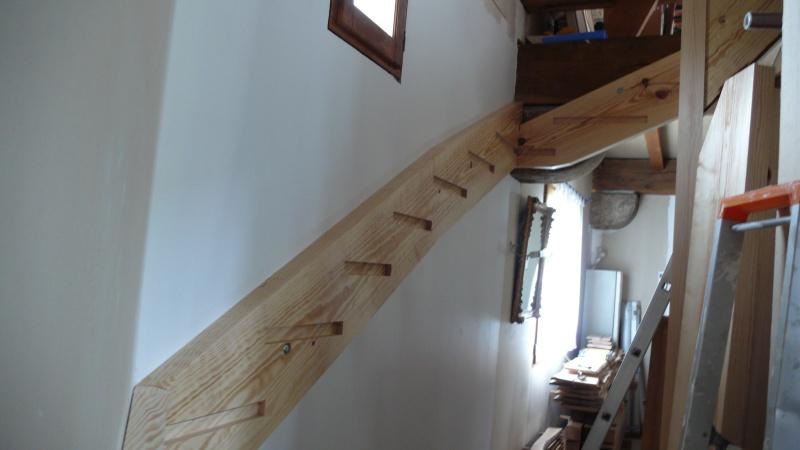 Escalier provisoire devenu définitif en pin sylvestre, à double balancements - Page 2 L1040616