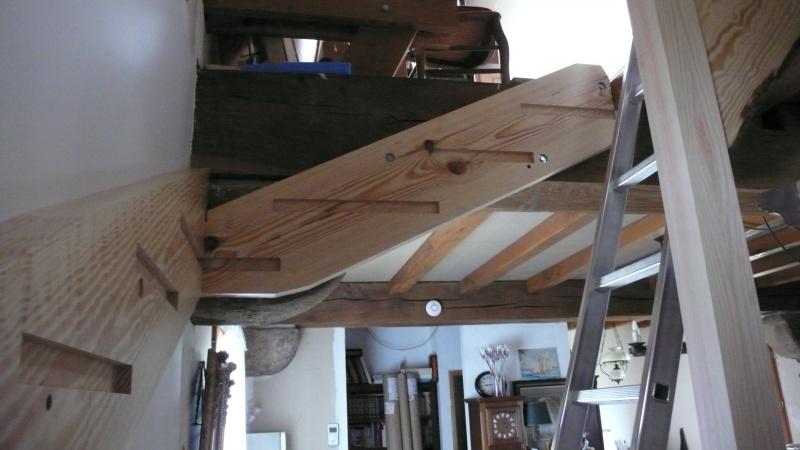 Escalier provisoire devenu définitif en pin sylvestre, à double balancements - Page 2 L1040617