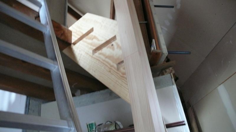 Escalier provisoire devenu définitif en pin sylvestre, à double balancements - Page 2 L1040618