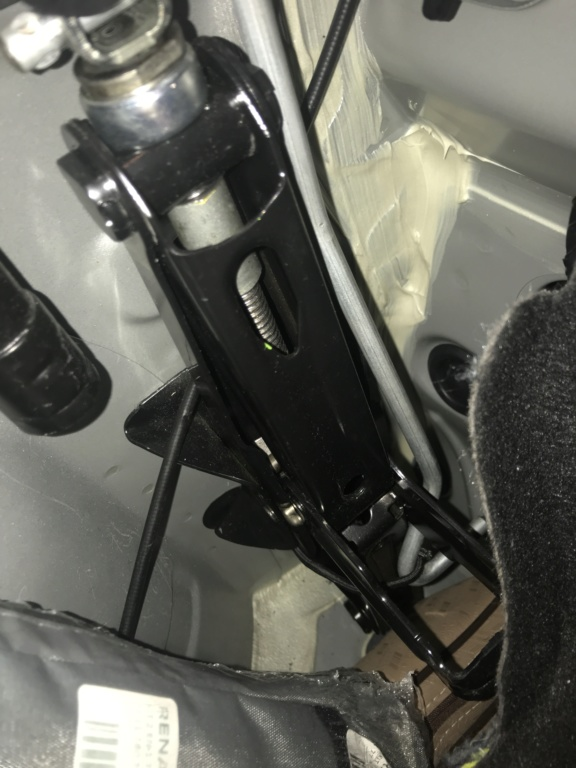 comment fixer le cric pentographe dans le Duster de 2stair Img_7415