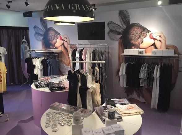 Nueva tienda de Ariana Grande para promover DW abre sus puertas en Japón. Ariana10