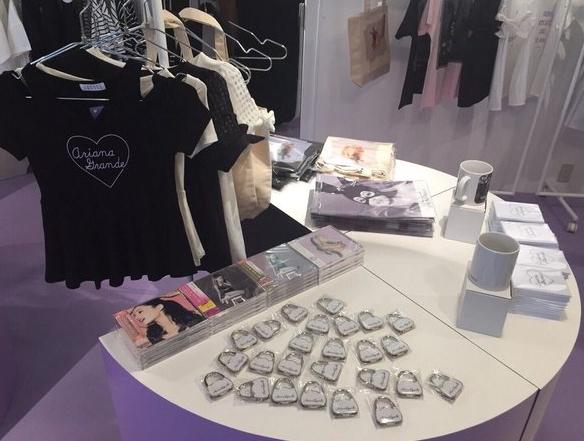 Nueva tienda de Ariana Grande para promover DW abre sus puertas en Japón. Aurora15