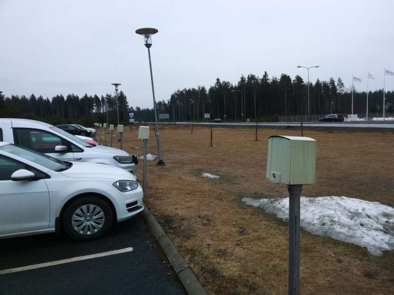 Qu'est-ce que c'est que ces boîtiers devant les places de parking ? Img_2010