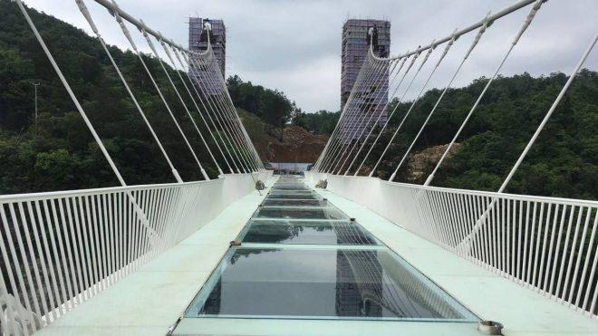 La Chine a construit le pont de verre le plus long et haut du monde ! 14649710