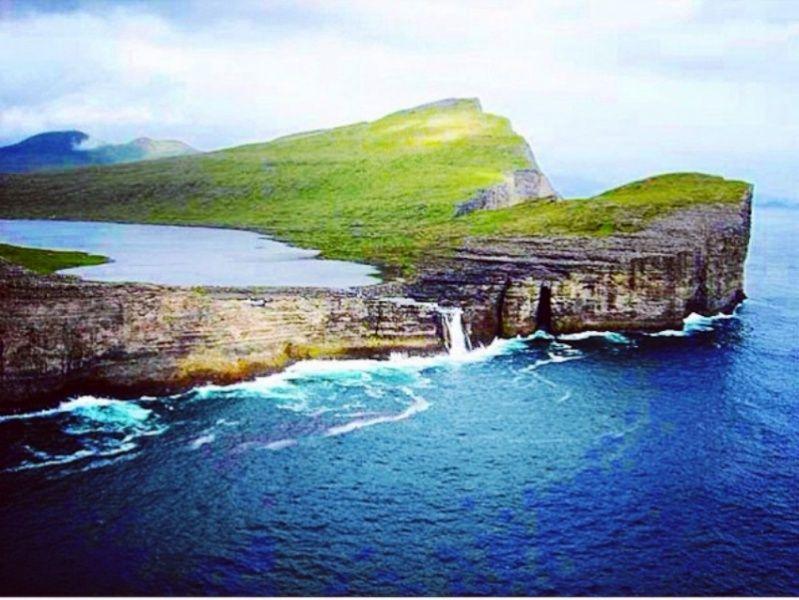 La Balade du Jour : Découvrez le lac de Sørvágsvatn au coeur de l'île de Vagar, dans les Iles Féroé ! Par Pauline Collette (+vidéo.2mn30 sur Bidfoly.com)                             Captur10