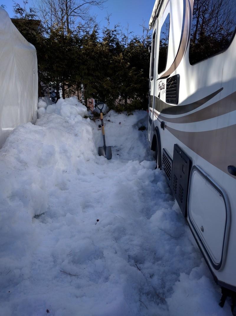 glace sur le toit de la roulotte - Page 2 Img_2011