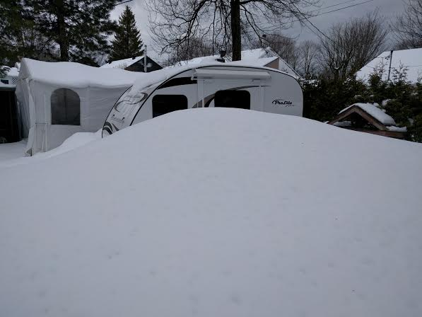 glace sur le toit de la roulotte - Page 2 Neige210
