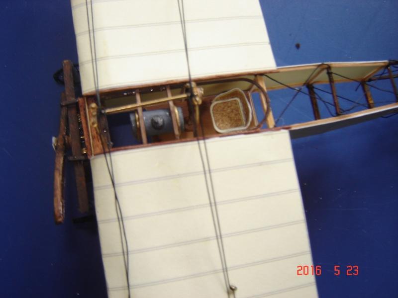 Blériot XI en carton Dsc09511