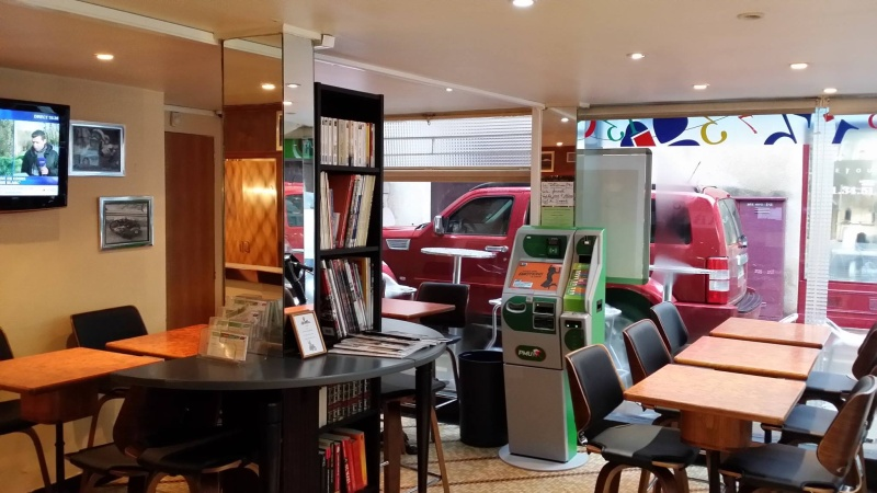 Un bar une Norton dans la vitrine 12356710