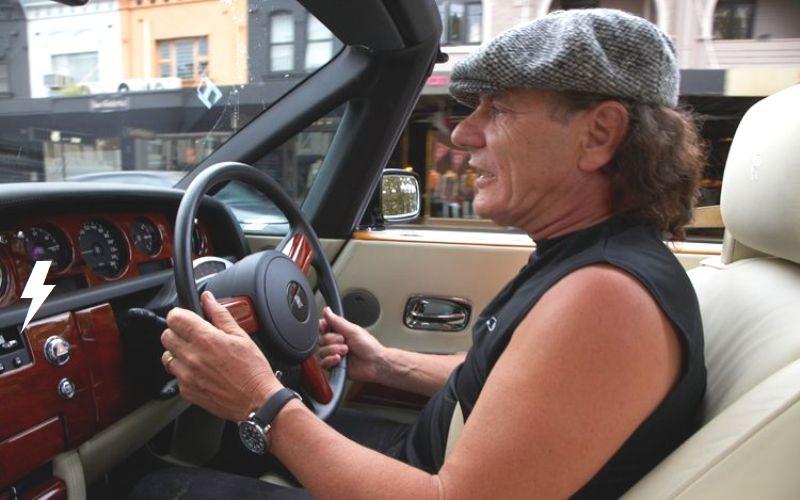Rolls through the streets of Sydney 512