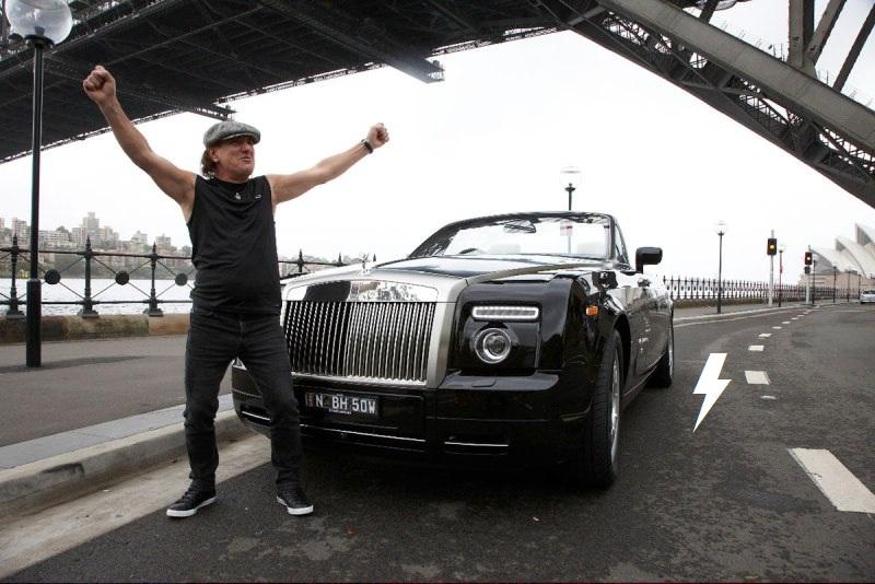 Rolls through the streets of Sydney 712