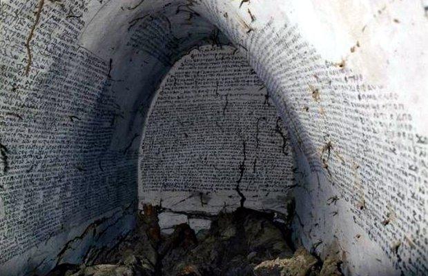 Cripta medievale con scheletri morti Tomba-10