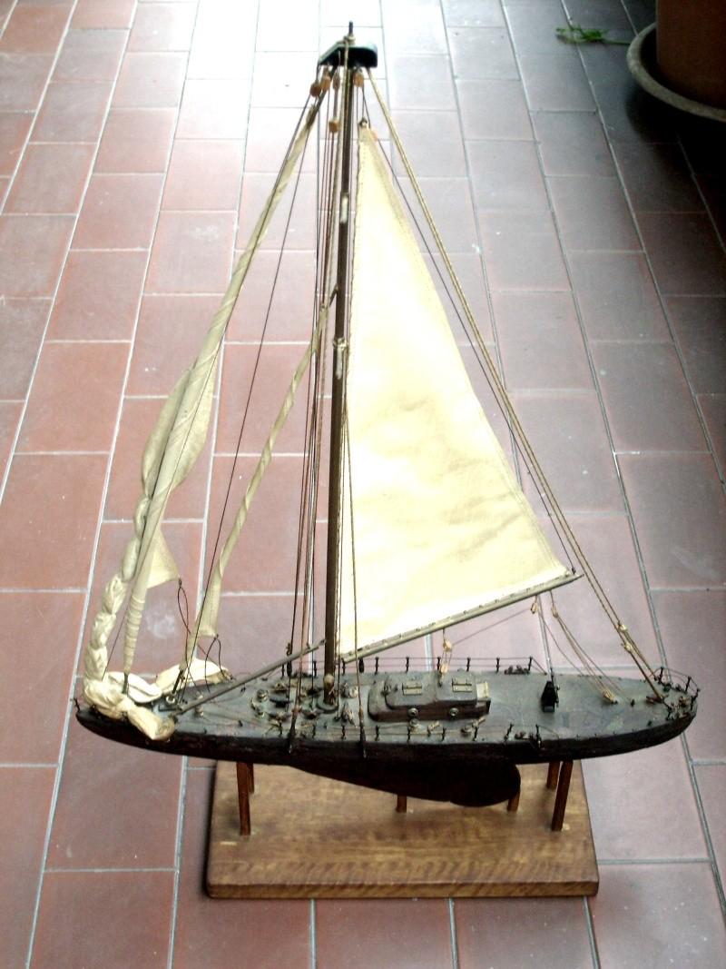 Materiali poveri.  Modelli di navi e barche in corteccia di pino e alberi in ottone. Barca_10