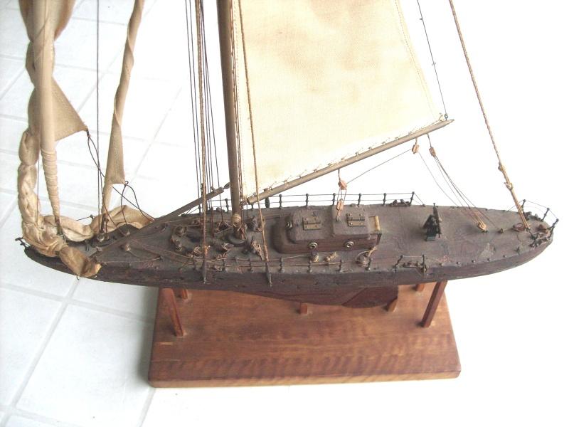 Materiali poveri.  Modelli di navi e barche in corteccia di pino e alberi in ottone. Barca_11
