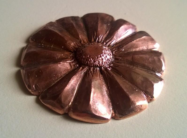 Attention ceci n'est pas un bijou en cuivre repoussé Cuivre11