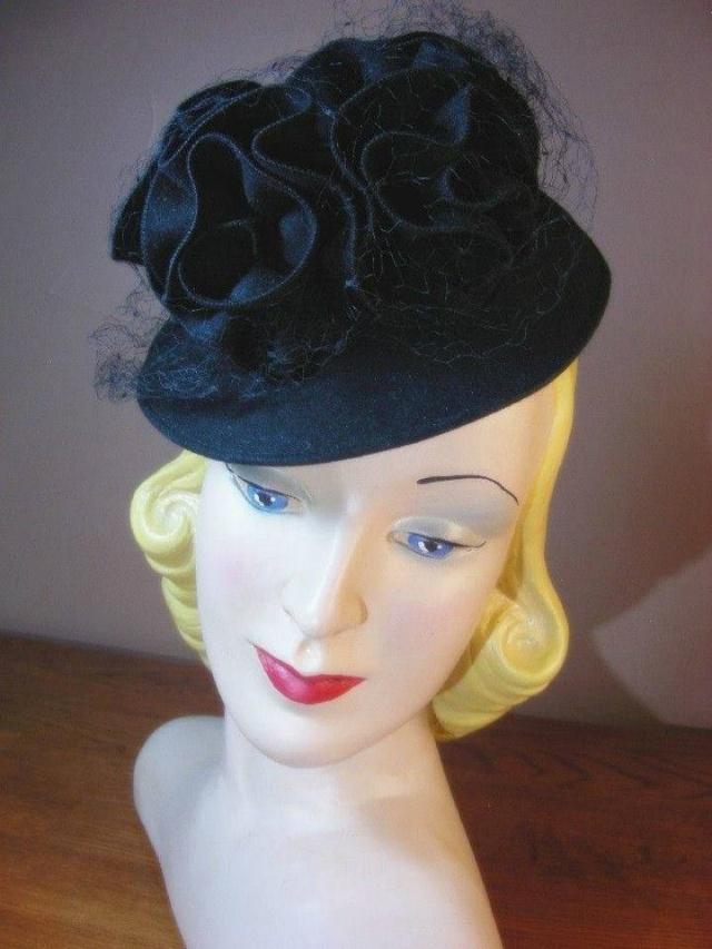Et elle avait ! elle avait ! elle avait un chapeau rigolo ! et une drôle de petite robe... LA MODE PENDANT LA GUERRE EN FRANCE ET COTE US 10155310