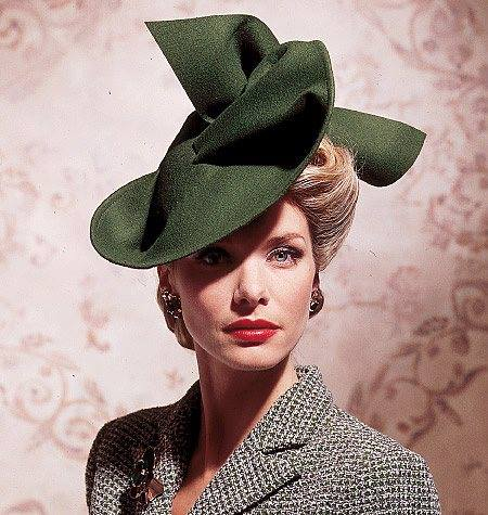 Et elle avait ! elle avait ! elle avait un chapeau rigolo ! et une drôle de petite robe... LA MODE PENDANT LA GUERRE EN FRANCE ET COTE US 13000310